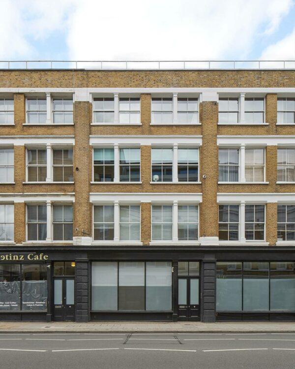 O arquiteto Rients Bruinsma construiu todos os elementos de seu apartamento estilo loft Shoreditch do zero
