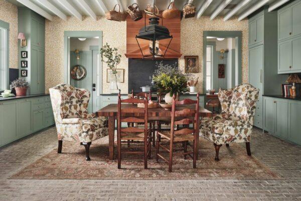 The Gathering Room: This Kitchen by Stephanie Sabbe Tem Uma Mesa De Jantar No Lugar Da Ilha
